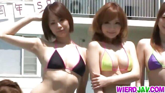 نحيل العاهرة يستمني على كاميرا ويب بعد تجريد فيديوهات جنسية اجنبية