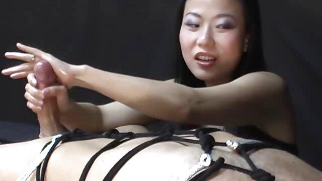 المرأة الناضجة الجنس افلام اجنبيه جنسيه مع رجل على الأريكة